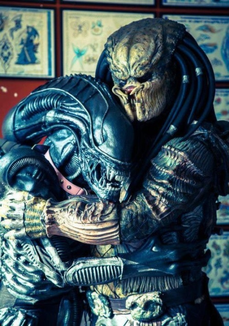 Alien and Predator hug